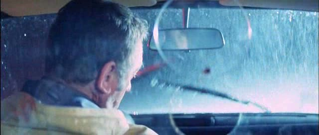 -sulla sinistra in basso, in corrispondenza del collo dell'attore si può notare il rilfesso del volto di Dario Argento-