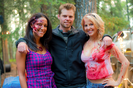Eli Craig insieme a due attrici del film.