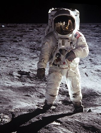 Questo è il tizio che forse è sulla luna, ma potrebbe anche essere in uno studio televisivo (vero che adorate le mie didascalie? ^^)