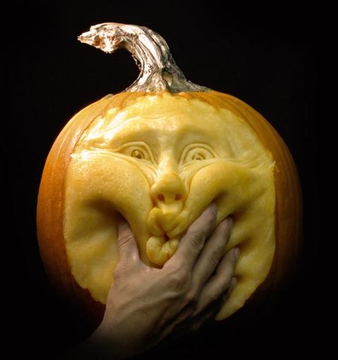 Una bellissima zucca di Halloween ad opera di Ray Villafane