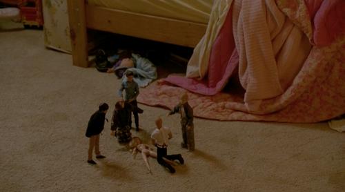 La strana composizione di bambole presente nella camera delle figlie di Rust