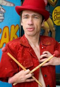 Mat Fraser, alias Paul: l'uomo foca in questa stagione, è anche un famoso batterista.