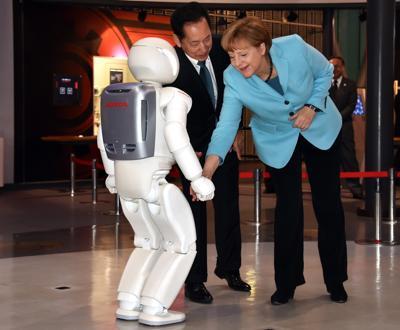 Asimo incontra Angela Merkel