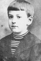 H.P Lovecraft bambino. Portava i capelli come i Beatles, 'sto piccolo infame.