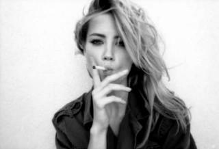 Amber Heard che presta inconsapevolmente il volto a Marilyn.