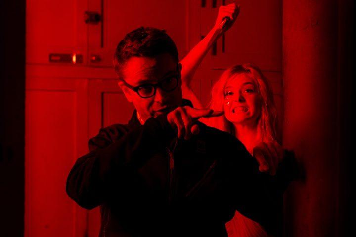 Elle Fanning scherza sul set con Nicolas Winding Refn