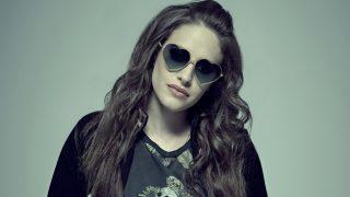 Carly Chaikin, alias Darlene, con gli occhiali a cuoricino