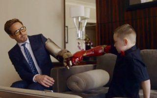 Robert Downey Jr scherza con un bambinoche veste una protesi personalizzata Iron Man