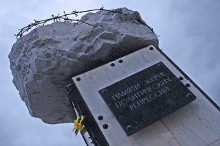 """Un posto che vi accoglie, a proposito di """"architettura sovietica"""", con questo monumento: un macigno attorniato da filo spinato. Nella Russia Sovietica sono i monumenti che ti scolpiscono."""